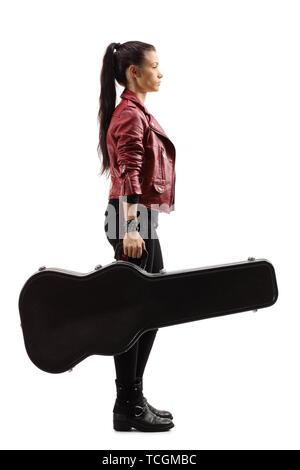 Profil de toute la longueur d'un musicien femme debout et tenant une guitare dans un cas isolé sur fond blanc Banque D'Images