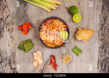 Soupe de crevettes et de citronnelle avec champignons, Tom Yam Kung ,nourriture thaïe en fond de bois, vue du dessus Banque D'Images