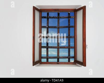 La fenêtre, pas de s'échapper. Santé mentale ou piège en captivité concept. Un fer à repasser ancien bars mais la mer et le ciel visible. Banque D'Images