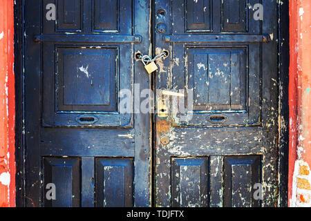 La vieille porte est cadenassée. De nombreuses écluses installé sur une seule porte. Stock photo Banque D'Images