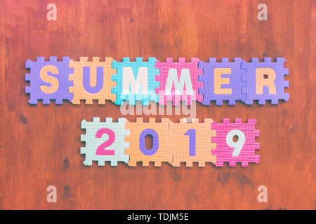 L'inscription sur le sol en bois des lettres des enfants's puzzle Banque D'Images