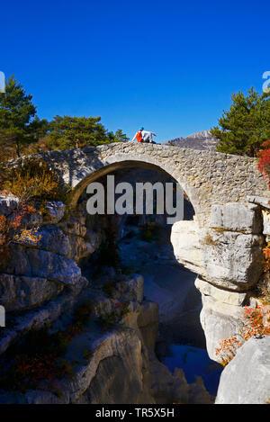 Randonneur sur le pont dans le petit canyon Jabron près du canyon du Verdon, Provence, France, parc naturel du Verdon Banque D'Images