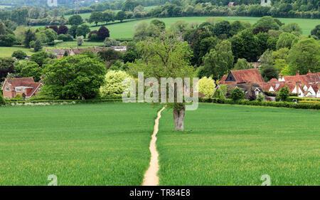 Un paysage rural avec la voie à travers un champ dans le Chiltern Hills qui mène au village de Little Missenden Banque D'Images