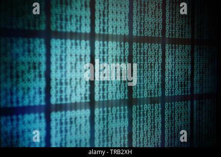 Le moniteur de l'ordinateur l'affichage de code binaire. bloc de données sur ordinateur écran panneau à LED. Blockchain, mot de passe, des renseignements personnels, la protection des données et de tran Banque D'Images