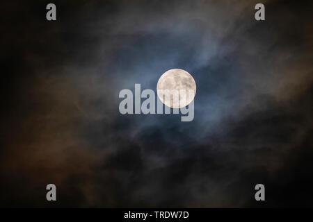 Pleine lune avec halo brillant à travers les nuages, l'Allemagne, la Bavière Banque D'Images