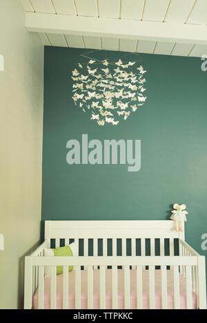 Lit bébé dans la chambre contre le mur à la maison Banque D'Images