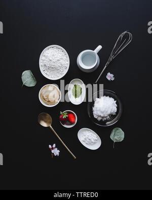 Vue aérienne d'ingrédients avec des ustensiles de cuisine sur la table Banque D'Images
