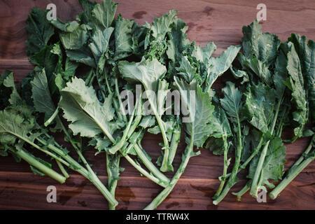 Close-up of fresh feuilles de navet sur table en bois Banque D'Images
