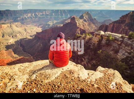 Voyageur en falaise montagnes sur le Parc National du Grand Canyon, Arizona, USA.inspirer l'émotion. Vie Voyage Voyage succès motivation concept adven Banque D'Images