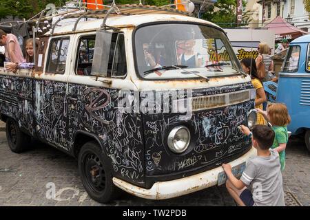 Volkswagen pick up truck en noir peinture conseil pour les enfants à dessiner ou écrire sur les craies craie de couleur en couleur à un événement VW à Horsham ville UK Banque D'Images