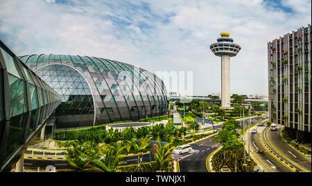 Singapour - 1 mai 2019: vue extérieure de Jewel et tour de contrôle. L'aéroport de Changi est un joyau à usage mixte à l'aéroport de Changi à Singapour, op Banque D'Images