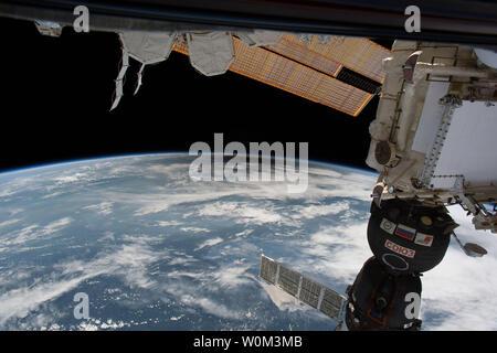 Comme des millions de personnes à travers les États-Unis ont connu une éclipse totale que l'Umbra, ou l'ombre de la lune passa sur eux le 21 août 2017, seulement six personnes a été témoin de l'Umbra à partir de l'espace. Affichage de l'eclipse à partir de l'orbite de la NASA ont été Randy Bresnik, Jack Fischer et Peggy Whitson, l'ESA (Agence Spatiale Européenne) de Paolo Nespoli, Roscosmos et commandant des Fyodor Yurchikhin et Sergey Ryazanskiy. La station spatiale a traversé le chemin de l'éclipse trois fois qu'il était en orbite au-dessus de la zone continentale des États-Unis à une altitude de 250 kilomètres. NASA/UPI Banque D'Images