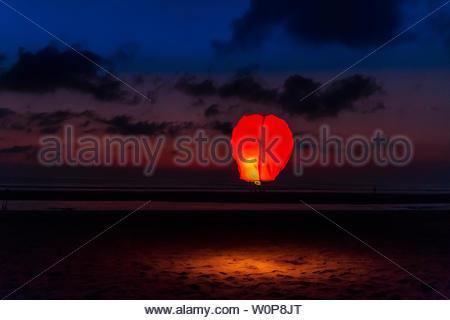 Une lanterne flottant à la tombée de la nuit sur la plage de Seminyak, à Bali, Indonésie Banque D'Images