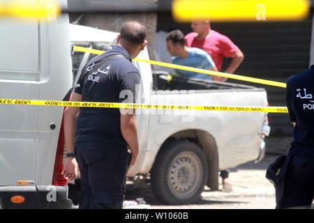 Tunis, Tunisie. 27 Juin, 2019. Un attentat suicide a eu lieu le jeudi dans le centre-ville de Tunis, tuant au moins cinq personnes, dont deux policiers et trois civils, le ministère de l'Intérieur a déclaré dans un communiqué.Le Ministère de l'intérieur rapporte que l'attaque a eu lieu à 10:50 (0950 GMT) près d'une patrouille de police à Charles De Gaulle Street.Selon les témoignages recueillis, chaud, avec des témoins oculaires, un kamikaze s'est fait exploser près d'un véhicule de police dans l'intersection Avenue de France/rue Charles de Gaulle (connu sous les Arcades), à quelques minutes de mètres de l'Ambassade de France. (Crédit Im Banque D'Images