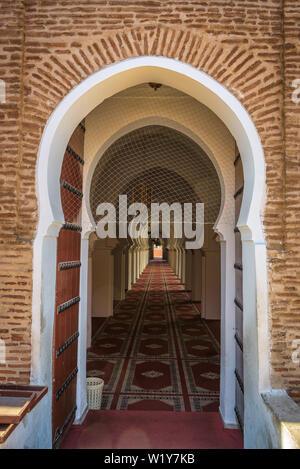 En bois marocain porte donnant dans une mosquée islamique à Marrakech, Maroc Banque D'Images
