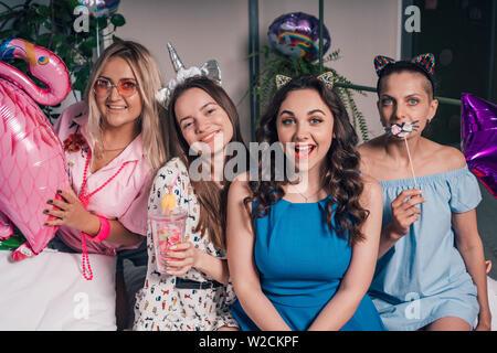 De belles jeunes filles sortir à une partie d'accueil. Joyeuse fête entre filles avant le mariage Banque D'Images