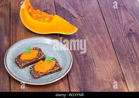 Caviar de légumes et les courgettes citrouille sur table en bois Banque D'Images