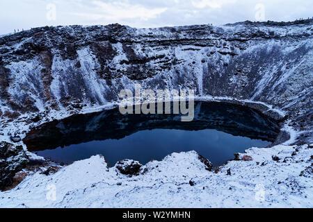 Kerið (lac de cratère Kerid) en Islande au cours de l'hiver, en décembre Banque D'Images
