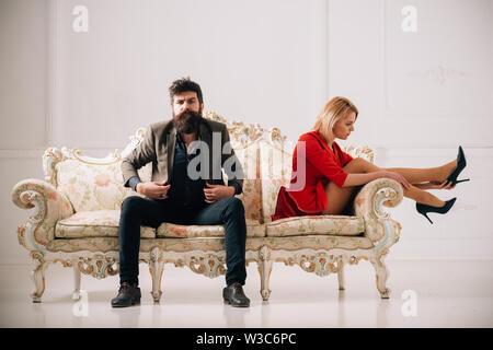Briser concept. rupture couple a de mauvaises relations. famille couple seulement briser. rupture de l'homme et de la femme assis closly mais ne marche pas voir l'autre. Banque D'Images