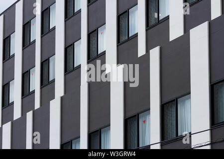 Un immeuble de bureaux moderne abstrait avec rayures noires et blanches. Yamato, Kanagawa, Japon. Mercredi Juillet 10e 2019 Banque D'Images