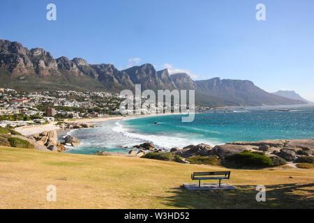 Vue sur le paysage de montagnes et apôtre douze parc national de Table Mountain et Camps Bay coastal suburb of Cape Town, Afrique du Sud Banque D'Images