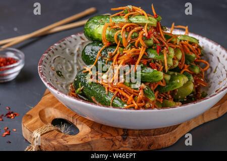 Coréen Traditionnel kimchi de concombre concombres farcis au snack: carottes, oignons, ail et sésame, légumes fermentés, photo horizontale, dar Banque D'Images