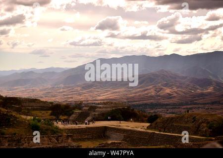 Coucher du soleil sur les montagnes de la vallée du Mexique à partir de l'ancien San Juan Teotihuacan, une fois qu'une ville pré-colombienne. Banque D'Images