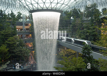Le Joyau, Centre Commercial plus sophistiqués à l'aéroport de Changi à Singapour avec un Hub cascade intérieure Banque D'Images
