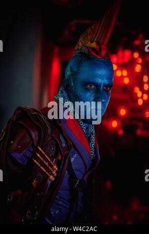 Dniepr, l'UKRAINE - 26 juin 2019: Portrait de cosplayeuse à l'image de Yondu Udonta de film Gardiens de la galaxie par Marvel Comics. Banque D'Images