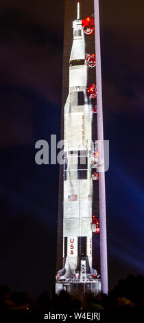 Fusée Saturn V d'Apollo 11 projetée sur le Washington Monument en commémoration de l'atterrissage lunaire 50e anniversaire. Banque D'Images
