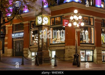 Monde-célèbre horloge à vapeur de Gastown, sur l'eau et de la rue Cambie St. dans le centre-ville de Vancouver, C.-B. le soir rougeoyant. Banque D'Images