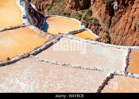 Gros plan du sel de Maras terrasses avec la meilleure qualité de sel du pays, province de Cusco, Pérou. Banque D'Images