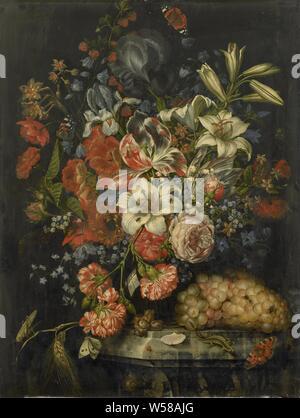 Nature morte avec fleurs et fruits, Nature morte avec fleurs et fruits. Bouquet de roses, lys, oeillets, iris, narcisses et ancolies dans un vase de verre. Un lézard se hisse sur le socle en pierre avec des raisins et des noix. Parmi les fleurs des araignées et tous les types d'insectes (papillons, mouches et les sauterelles)., Ottmar Elliger (I), 1671, de bord, de la peinture à l'huile (peinture), H 66 cm × w 50 cm d 3,5 cm Banque D'Images