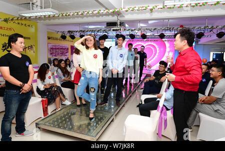 --FILE--jeunes célibataires prendre part à un événement de rencontres tenues par le Comité de la Comté Ligue de la jeunesse communiste (CYL) dans, Banque D'Images