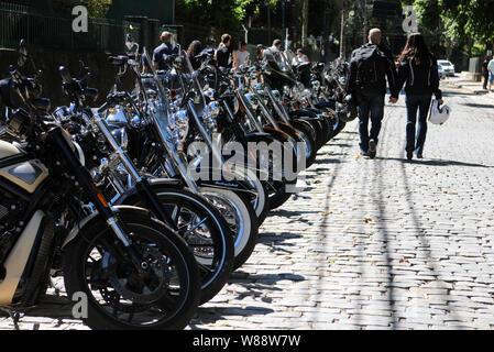 Petrópolis, 21 avril 2016. Couple motocycliste en passant en face de motos se tenant la main dans la ville de Petrópolis, Rio de Janeiro, Brésil Banque D'Images