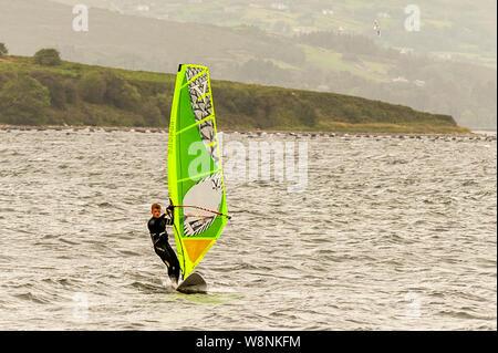 Bantry, West Cork, Irlande. 10 août, 2019. Au milieu des vents très élevés dans l'Ouest de Cork aujourd'hui, 17 ans de Oisín Mac Allister Adrigole, Bantry, a pris de l'eau pour un spot de planche à voile. Credit: Andy Gibson/Alamy Live News. Banque D'Images