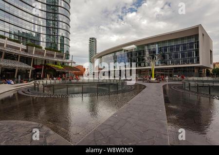 Fontaine dans Gae Aulenti Square, nouveau quartier d'affaires de Porta Nuova, Milan, Lombardie, Italie, UNION EUROPÉENNE Banque D'Images