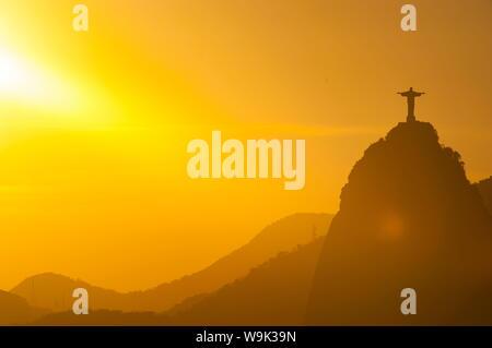 Vue depuis le pain de sucre de la statue du Christ Rédempteur sur Corcovado, Rio de Janeiro, Brésil, Amérique du Sud Banque D'Images