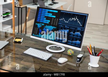Close-up de l'ordinateur de bureau graphique montrant sur Office 24 Banque D'Images