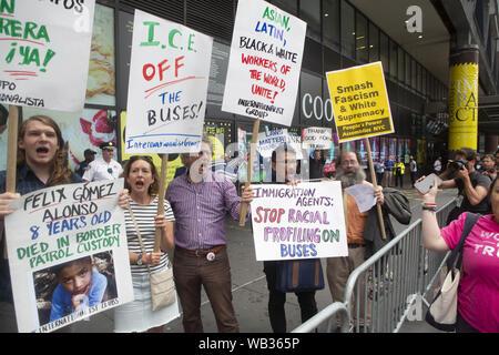 23 août 2019: Des manifestants sont présentés au cours d'une manifestation contre Greyhound Corporation et de la glace et de l'exécution des douanes (Immigration) au Port Authority Bus Terminal sur la 42e et la 8e Avenue à New York, New York. Environ 100 militants d'une coalition de groupes, y compris les incendies (lutte pour les réfugiés immigrants partout) a protesté contre la glace permettant d'agents Greyhound board leur bus 'Searching'' pour les migrants, ont déclaré que, .extrême droite sont anti-manifestants et partisans d'Atout Crédit: Brian Branch:/ZUMA/Alamy Fil Live News Banque D'Images
