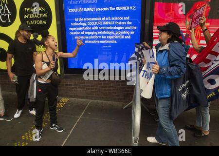 23 août 2019: une femme apparaît au cours d'une manifestation protestant contre Greyhound Corporation et de la glace et de l'exécution des douanes (Immigration) et confronter l'protestataires et partisans d'Atout au Port Authority Bus Terminal sur la 42e et la 8e Avenue à New York, New York. Environ 100 militants d'une coalition de groupes, y compris les incendies (lutte pour les réfugiés immigrants partout) a protesté contre la glace permettant d'agents Greyhound board leur bus 'Searching'' pour les migrants, ont dit. Crédit: Brian Branch:/ZUMA/Alamy Fil Live News Banque D'Images