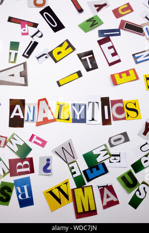 Un mot l'écriture de texte montrant concept d'analytics faites de différents magazine journal lettre pour l'analyse de rentabilisation sur le fond blanc avec l'espace Banque D'Images