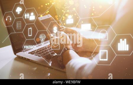 Businessman with fintech icône et internet des objets avec code matrice historique , d'investissement et de la technologie de l'internet financier concept. Banque D'Images