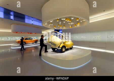 Germany, Bavaria, Munich, BMW Museum, ouvert en 1973 et rénové en 2008, montrant l'évolution et les technologies de la marque automobile originaire de Munich, 1955 BMW Isetta voiture bulle Banque D'Images