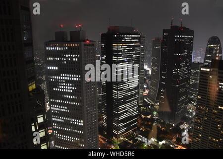 Tokyo Japon gratte et gratte-ciel bâtiments, vue aérienne, autour de Shinjuku. L'Asie. Banque D'Images