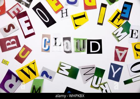 Un mot l'écriture de texte montrant concept de cloud computing faites de différents magazine journal lettre pour l'analyse de rentabilisation sur le fond blanc avec spac Banque D'Images