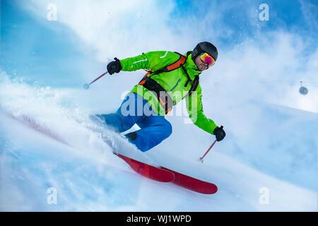 Suppression d'un vêtu de couleur neige ski freerider la vague. Banque D'Images