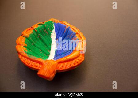 Lampe en terre peintes en couleur tri indien sur fond plan Banque D'Images