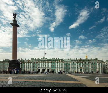 La colonne d'Alexandre dans la place Dvortsovaya à Saint-Pétersbourg, en Russie. Musée de l'Ermitage, palais d'hiver. Banque D'Images