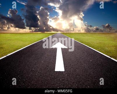 La route au lever du soleil et de l'avant mark Banque D'Images